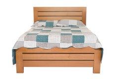 在白色隔绝的木双人床 免版税图库摄影