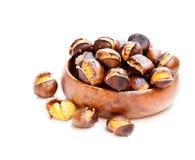 在白色隔绝的木碗的烤欧洲栗木 免版税库存照片