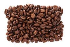在白色隔绝的油煎的咖啡豆可以用作为背景或纹理 免版税库存图片