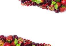 在白色隔绝的混合莓果 成熟杏子、红浆果、樱桃和草莓 莓果和果子与拷贝空间te的 库存图片