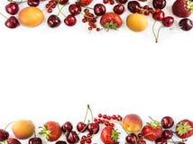 在白色隔绝的混合莓果 成熟杏子、红浆果、樱桃和草莓 莓果和果子与拷贝空间te的 免版税库存照片
