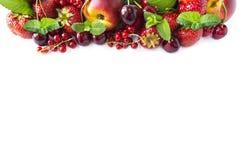 在白色隔绝的混合莓果 成熟杏子、红浆果、樱桃和草莓 莓果和果子与拷贝空间te的 库存照片