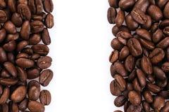 在白色隔绝的烤咖啡豆框架可以使用作为背景或纹理 免版税库存照片