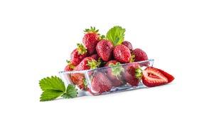在白色隔绝的玻璃碗的新鲜的成熟草莓 库存照片
