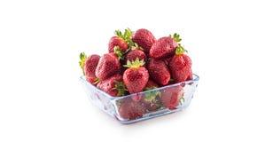 在白色隔绝的玻璃碗的新鲜的成熟草莓 库存图片
