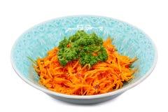 在白色隔绝的碗的韩国红萝卜沙拉 免版税库存照片