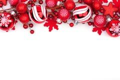 在白色隔绝的红色圣诞节装饰品上面边界 库存照片