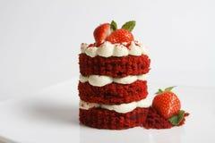 在白色隔绝的红色天鹅绒蛋糕 免版税库存照片