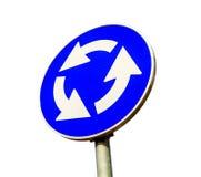 在白色隔绝的蓝色环形交通枢纽交叉路公路交通标志 免版税库存照片