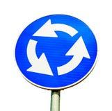 在白色隔绝的蓝色环形交通枢纽交叉路公路交通标志 库存图片