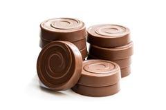 在白色隔绝的被堆积的巧克力漩涡饼干 库存照片