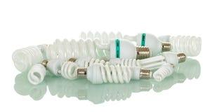 在白色隔绝的许多不同的荧光灯电灯泡 免版税图库摄影