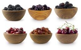 在白色隔绝的黑蓝色和深红莓果 免版税库存图片