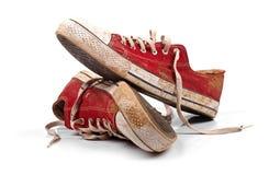 在白色隔绝的一个对肮脏的运动鞋 免版税库存照片