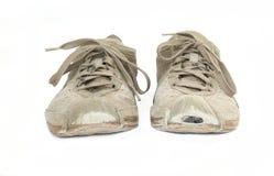 在白色隔绝的一个对破旧的运动鞋 免版税库存图片