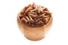在白色隔绝的一个木碗的全麦面团 图库摄影
