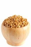 在白色隔绝的一个木碗的发芽的麦子 免版税库存照片