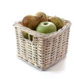在篮子的苹果和梨 免版税库存图片
