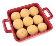 在白色隔绝的一个红色盘的印地安laddu甜点 免版税库存照片