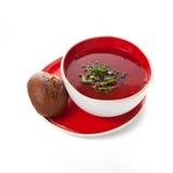 在一个红色碗的罗宋汤 免版税库存照片