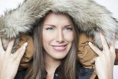 在白色隔绝的一个美丽的冬天女孩的画象 免版税库存照片