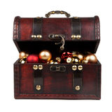 在白色隔绝的一个老葡萄酒手提箱的圣诞节装饰 库存图片