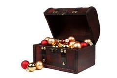在白色隔绝的一个老葡萄酒手提箱的圣诞节装饰 免版税库存照片