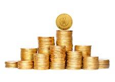 在白色隔绝的专栏的许多硬币 免版税库存照片