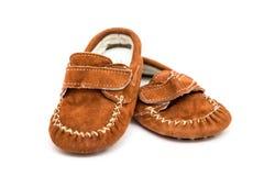 在白色隔绝的两双小棕色童鞋 免版税库存照片