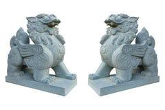 在白色隔绝的两头古老大理石狮子 免版税库存图片