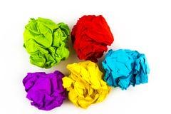 在白色隔绝的五个五颜六色的被弄皱的纸球 免版税图库摄影