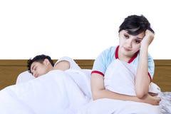 在白色隔绝的亚洲夫妇失眠 免版税库存照片