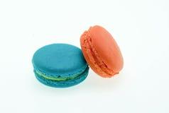 在白色隔绝的传统色的法国蛋白杏仁饼干 免版税库存图片