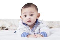 在白色隔绝的卧室的婴孩 免版税图库摄影