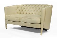 在白色隔绝的古色古香的减速火箭的沙发长沙发奶油皮革 库存照片