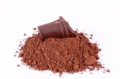 在白色隔绝的可可粉的巧克力 免版税库存图片