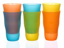 在白色隔绝的各种各样的颜色塑料玻璃 库存图片