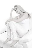 在白色隔绝的哀伤的年轻白肤金发的妇女 免版税库存照片