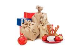 在白色隔绝的圣诞节礼物礼物 与金钱,圣诞老人盖帽的概念 库存照片