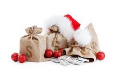 在白色隔绝的圣诞节礼物 与金钱,圣诞老人盖帽的概念 免版税图库摄影