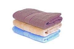 在白色隔绝的堆五颜六色的毛巾 免版税图库摄影