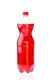 在白色隔绝的塑料瓶的泡沫腾涌的饮料 免版税库存照片
