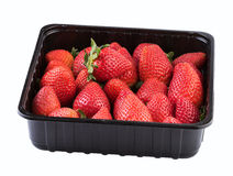 在白色隔绝的塑料黑匣子的草莓 图象包括的裁减路线 免版税库存照片