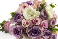 在白色隔绝的婚姻的玫瑰色花束 图库摄影