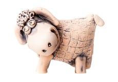 在白色隔绝的布朗陶瓷绵羊小雕象 库存图片