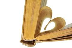 在白色隔绝的心形的年迈的书页 库存图片