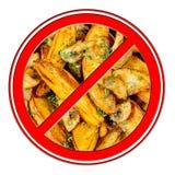 在白色隔绝的快餐油煎的土豆被取缔的禁止标志 库存图片