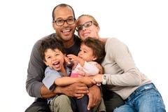 在白色隔绝的愉快的人种间家庭 免版税库存图片