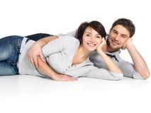 在白色隔绝的愉快的夫妇画象  免版税库存照片