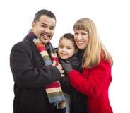 在白色隔绝的愉快的年轻混合的族种家庭 图库摄影